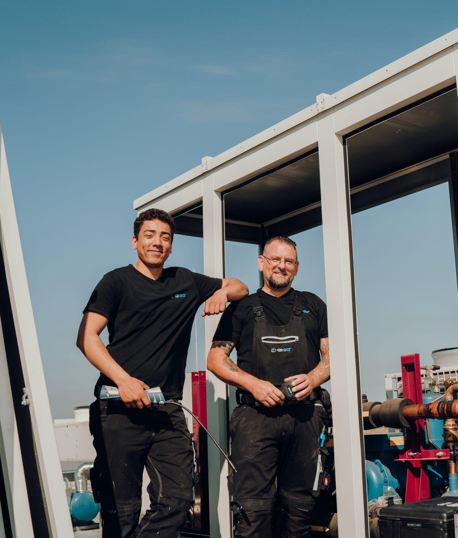 Zwei Mitarbeiter aus dem eingespielten G-KKT Team beim Einbau einer Kälte-Klimalösung