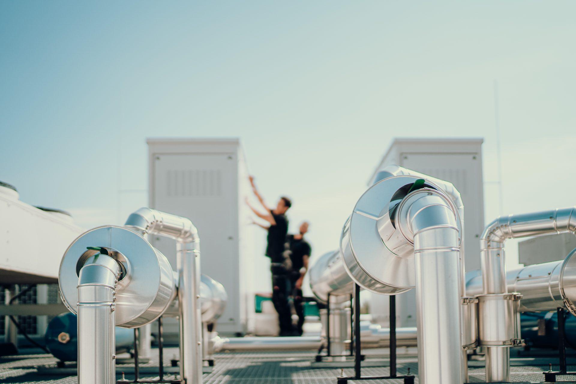 Wartung von Industriebekühlung auf einem Dach durch das G-KKT Team
