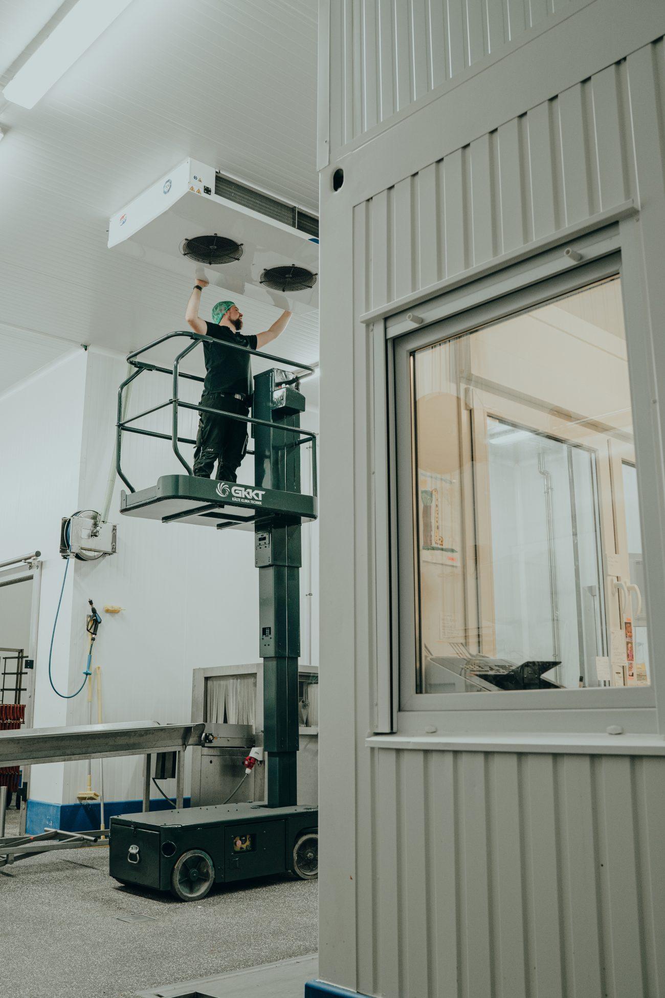Wartung der Deckeneinheit einer Industriebekühlung mit Ameise durch G-KKT