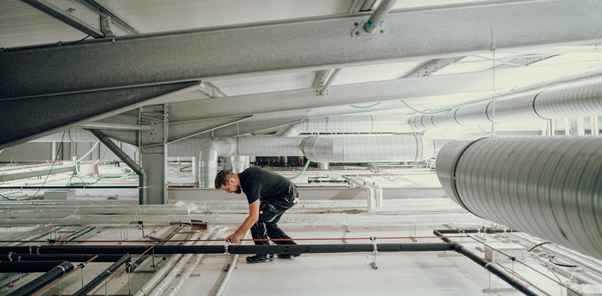 Klimaanlage wird durch G-KKT Mitarbeiter geprüft