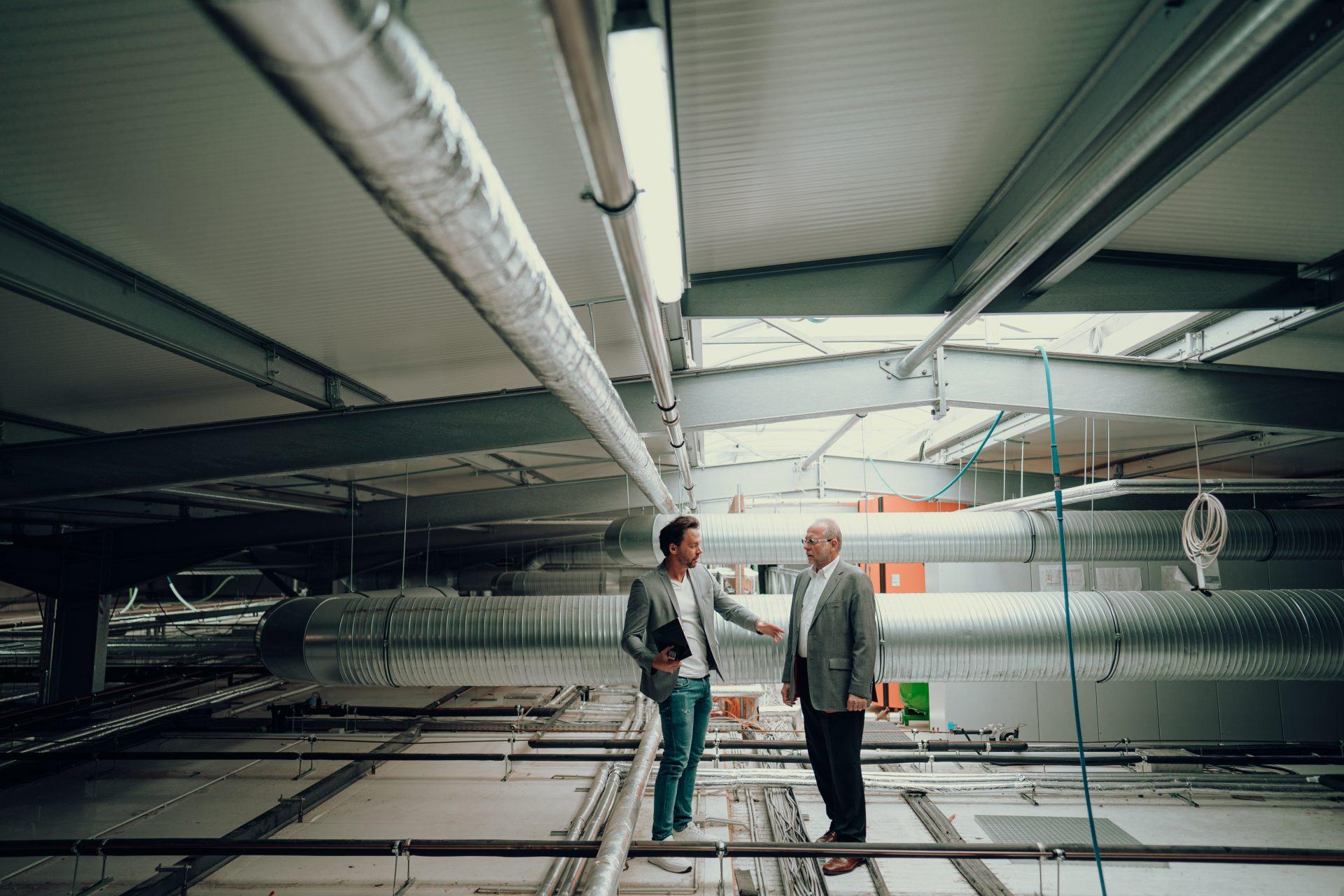 André Rockstroh plant mit Kunden die neue Lüftungstechnik am Firmenstandort Köln