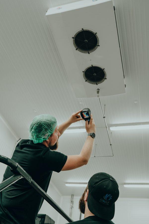 Prüfung mit Warmebildkamera in einem Industriebetrieb