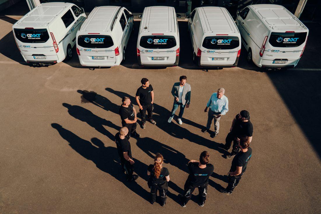 GKKT Team auf Parkplatz wird bald von neuen Azubis unterstützt