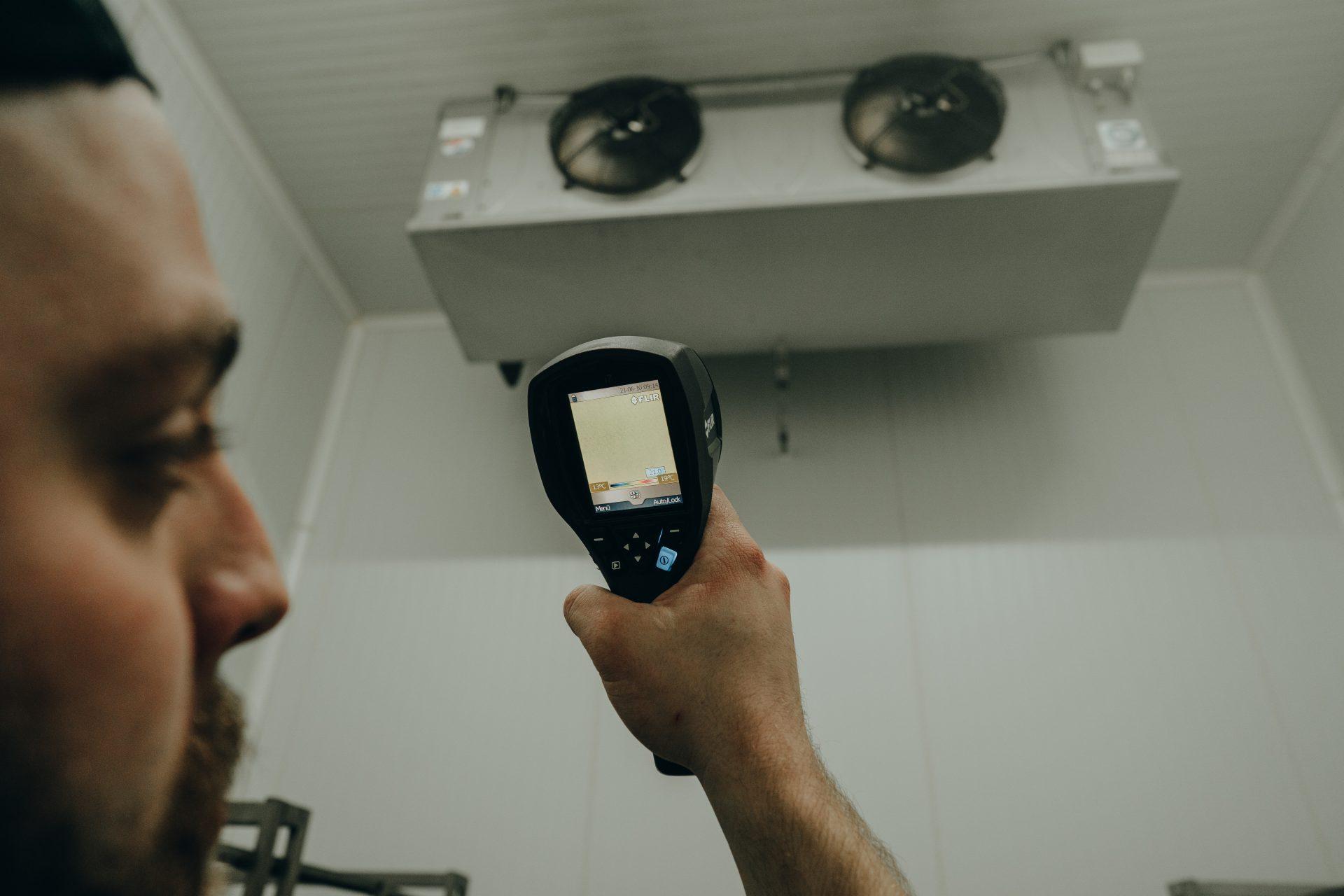 G-KKT Klimatechniker prüft Industriekühlung beim Kunden in Köln