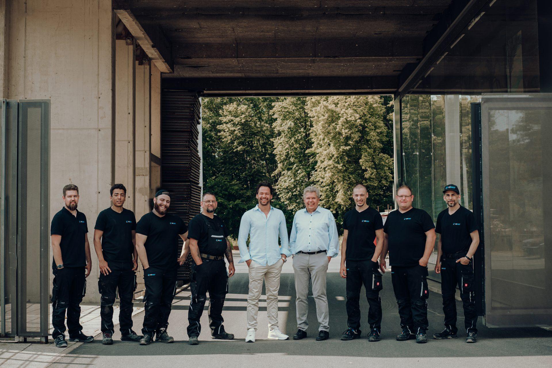 Das Team G-KKT vor dem Firmengebäude in Köln
